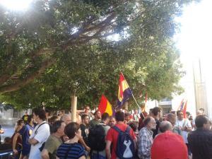 Concentración en la puerta de Juzgados de Benalúa (Alicante) esperando a los detenidos