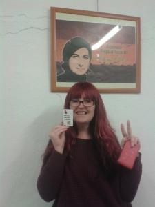Una de nuestras compañeras recogiendo el carnet